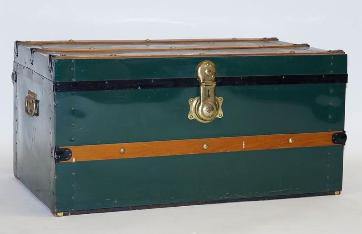Een groenkleurige metalen hutkoffer met houten banen en koperen beslag, midden 20e eeuw