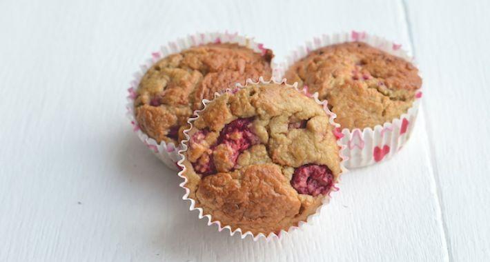 Gezonde muffins, lekker tussendoortje voor kinderen (en volwassenen ook natuurlijk). Ingrediënten: banaan, eieren, melk, bakpoeder, havermout, frambozen (of ander klein fruit), geraspte kokos, honing, zonnebloemolie en zout. van: www.uitpaulineskeuken.nl