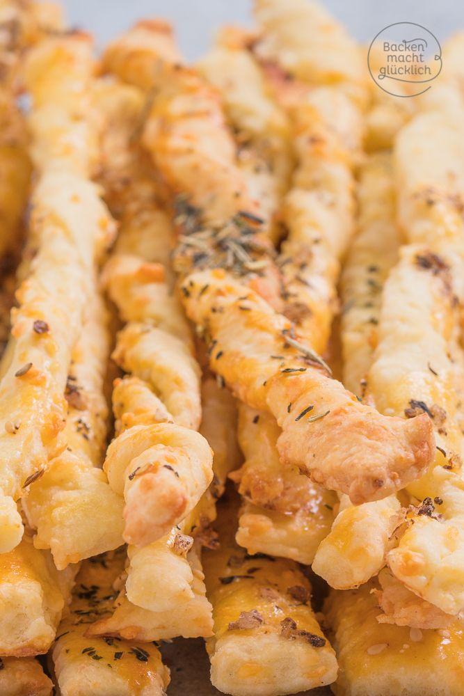 Einfaches und schnelles Fingerfood für Partys - mit diesem Käsestangen-Knabbergebäck liegt man immer richtig! Die Knusperstangen bestehen nicht aus Blätterteig, sondern aus Mürbeteig | http://www.backenmachtgluecklich.de