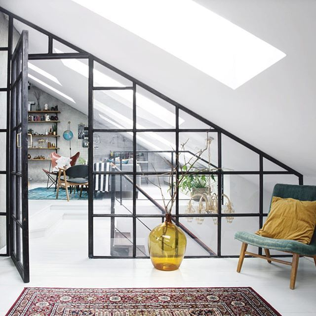 Med en snygg glasvägg behåller du ljus och rymd, och skapar en dekorativ avgränsning mellan två rum. Foto: Helén Karlsson #plazainteriör