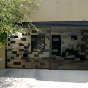 Puerta de garage contemporánea con diseño de cuadros de fierro intercalados