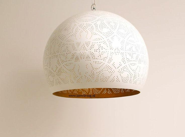 Creëer een oriëntaalse sfeer met kleurrijke hanglampen, wandlampen, tafellampen en vloerlampen en andere lampen. Prachtig mozaiek.