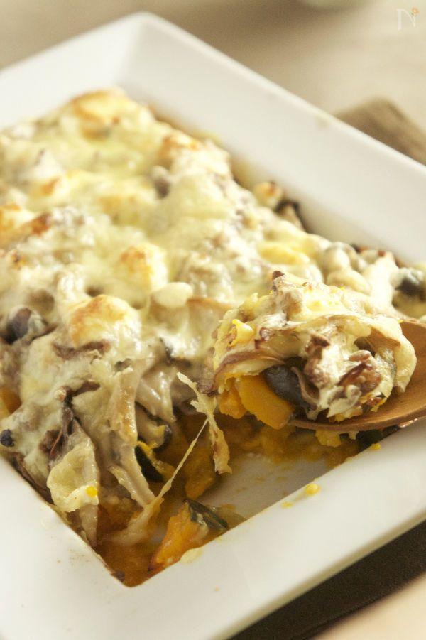 かぼちゃ、きのこにクリームチーズとピザ用チーズの2種類のチーズをのせて焼きます。合い挽き肉も入ってごちそう感満載です。