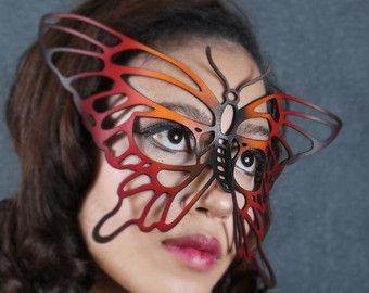 Este ligero corte delicadamente la máscara tiene un motivo victoriano. Hecho de cuero curtido vegetal ligero, es húmeda formada a una cara y oro metálico pintado. Apropiado para la moda steampunk. Viene con un filamento doble ajustable de elástico y se acaba con un sellador acrílico.