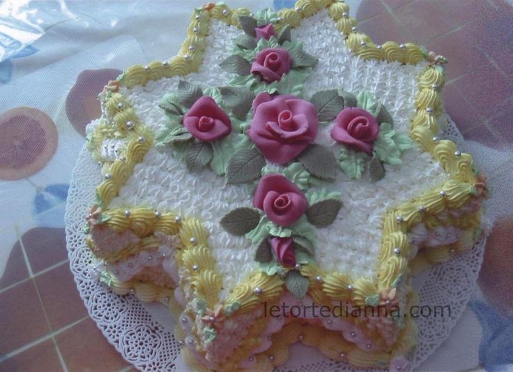 Torta di compleanno decorata con panna vegetale e fiori in for Decorazioni di torte con panna montata
