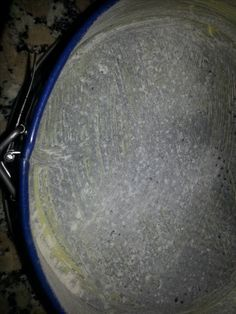Receta paso a paso para preparar una esponjosa torta negra, típica de la navidad en Venezuela. Una mezcla de frutos y frutas secas con licores que hace del cierre de una comida especial un festín de sabores.