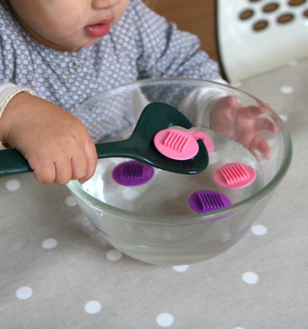 Pêche à la cuillère pour travailler la concentration, la coordination oeil-main et la motricité fine. #Montessori