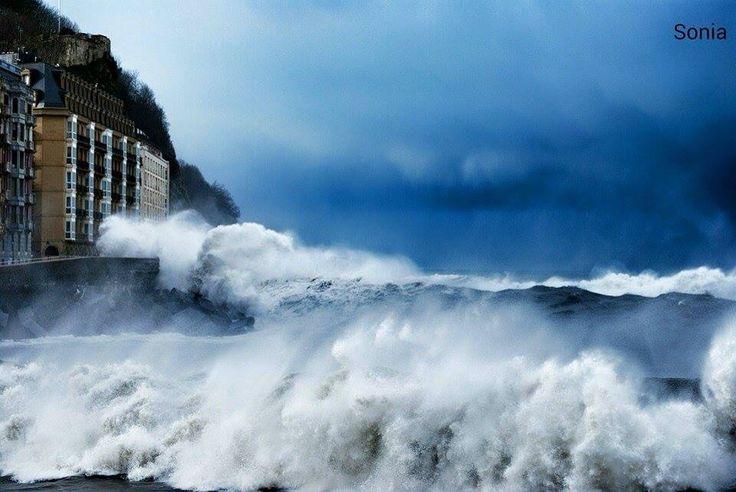 Desembocadura del río Uruméa y el mar enfurecido.....