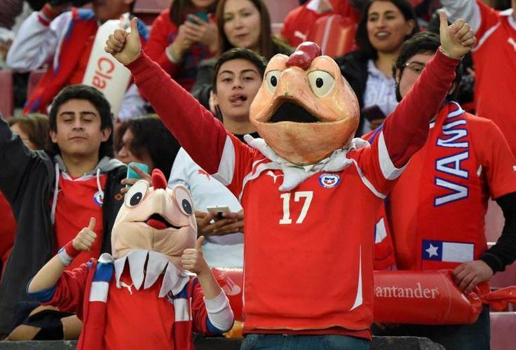Con caretas, banderas, y todo lo alegórico a la selección de #Chile #Chile2015
