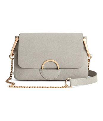 Upptäck vårt sortiment av väskor  - shoppa online eller i butik. Shoppa damkläder och accessoarer och låt dig inspireras av de senaste modetrenderna.