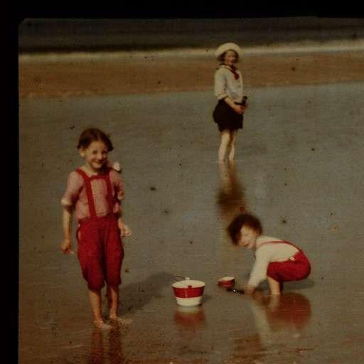 Drie kinderen spelend aan het Noordzeestrand, anoniem, 1907 - 1930 - Foto's - Kunstwerken - Ontdek de collectie - Rijksmuseum