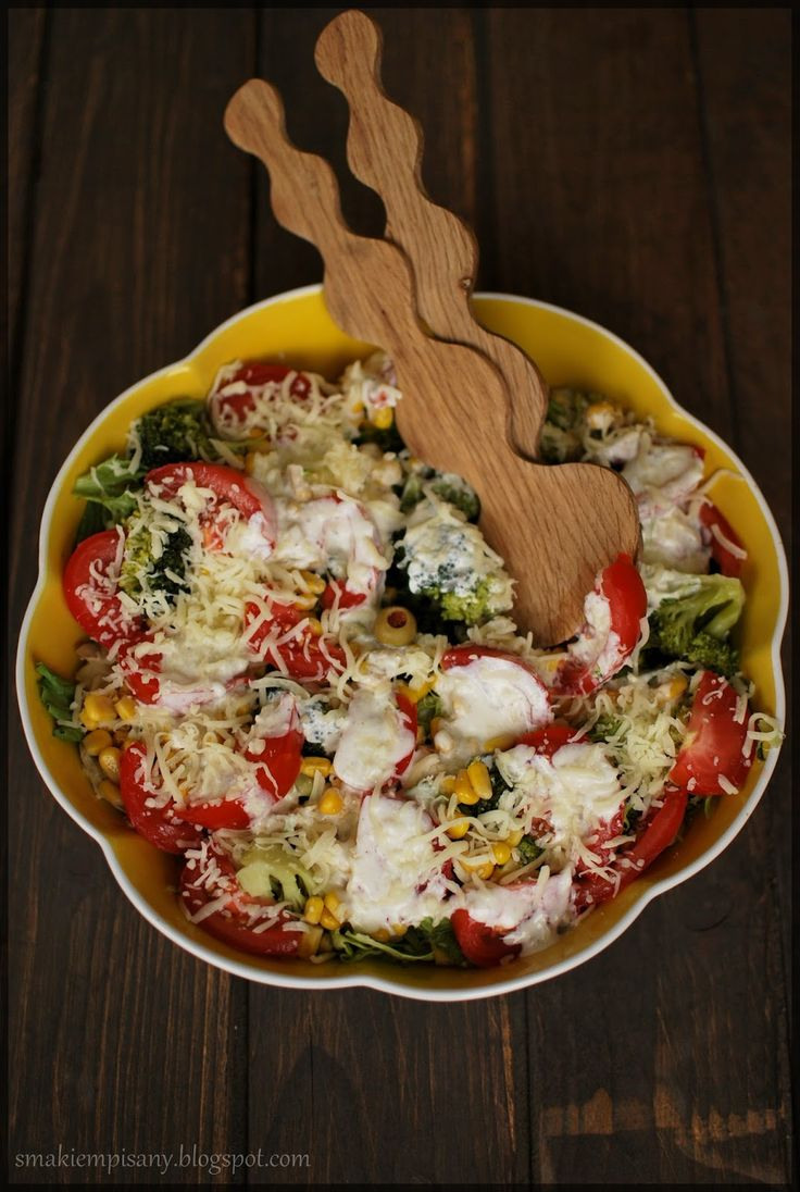 Smakiem Pisany: apetyczny, aromatyczny, kulinarny BLOG!: Prosta sałatka z pomidorów, brokuła i kukurydzy z mozzarellą i dressingiem czosnkowym