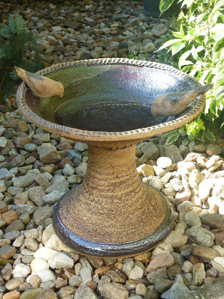 pítko pro ptáky, mísa, květináč Tyto nádoby jsou vhodné na stůl- jako mísa např. na ovoce atd nebo i do vaší zahrady jako pítka pro ptáky. Mohou se použít i jako mísy na sukulenty či je osázet netřesky- nádoba lze opatřit otvorem ve dně. Na okrajích nádoby jsou přilepení dva ručně modelovaní ptáčci. Zevnitř jsou pítka glazována glazurou Rozměry na ...