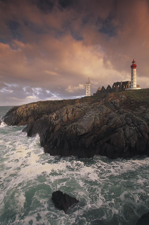 Que voir et que faire autour de Brest ?, la Pointe Saint-Mathieu et son phare, par Voyages-sncf.com