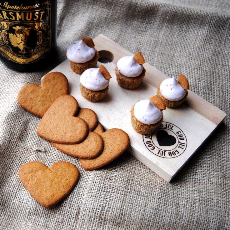 De här receptet på cupcakes med pepparkakssmak och frosting med lingon är bara så otroligt saftiga. Mitt absolut hetaste tips till bakverk till jul.