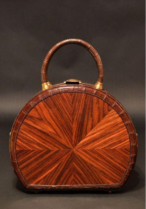 Великолепная дизайнерская сумка из индийского палисандра и кожи крокодила.Вся фурнитура этой натурально сумки изготовлена только в ручную из высококачественной латуни. Замок выполнен в черном дереве - эбен макасар. КУПИТЬ В http://dotupbutik.ru  #Bags #Leather bags #Designer bags #сумки #кожаныесумки #дизайнерскиесумки