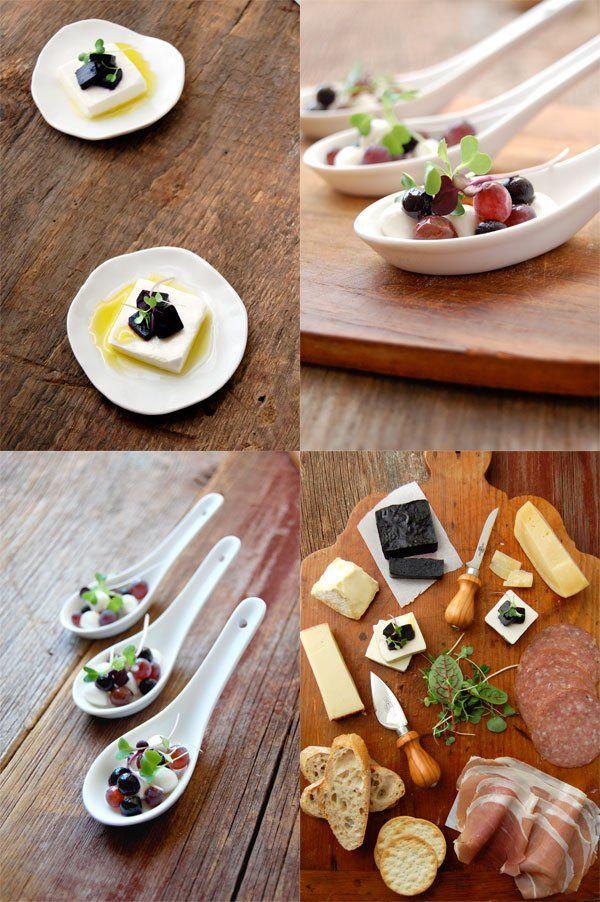 Wild Blueberry Einfügen und Mozzarella Crostini, Champagne Grape Honig Löffel, und eine Käseplatte