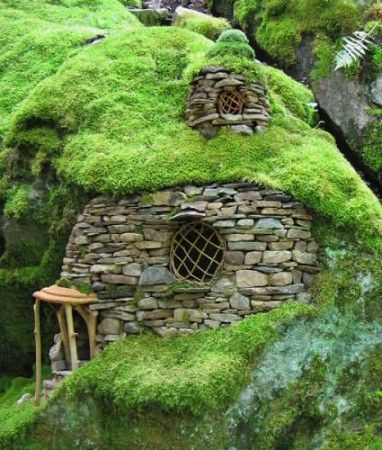 this mossy mini castle looks delightful i could love this pinterest feengarten elfen und. Black Bedroom Furniture Sets. Home Design Ideas