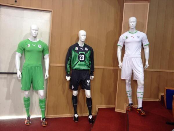 Les nouveaux maillots domicile extérieur de l'Algérie pour la Coupe du Monde - http://www.actusports.fr/91615/les-nouveaux-maillots-domicile-exterieur-de-lalgerie-pour-la-coupe-du-monde/