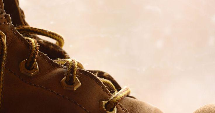 Cómo atarse los cordones de los zapatos, sin mostrar los cordones. Hay muchas personas que simplemente odian perder el tiempo amarrándose los zapatos. Si en particular no te gusta estar atando constantemente tus zapatos, o si estás buscando una manera a la moda de mostrar tus cordones, prueba diferentes métodos de amarrar. En realidad puedes tener los cordones en los zapatos, ofreciendo aún comodidad y soporte, ...