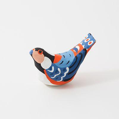 宮島張子 ヤマガラ 広島県 廿日市市  厳島神社参拝のお土産ものとして親しまれている宮島張子。個性的で美しい模様と色使いを施した、鳥の張子も多数つくられています。ヤマガラは頭がよく、昔はおみくじをひく芸をする鳥として神社の境内で人気を博していたことから「おみくじ鳥」と呼ばれ、宮島の森にも多く生息しています。 宮島民芸工房 〒739-0517 広島県廿日市市宮島町663 TEL: 0829-44-2090