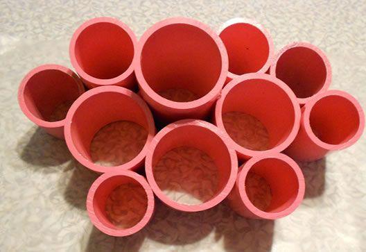 Este projeto é simples e só requer poucas peças. Pode ser feito com tubos de PVC de diferentes medidas. Materiais:  Tubos de PVC – No projeto foram utilizados de 2″, 1-1/2″, 1-1/4″ Cartão Cola instantânea. Spray de tinta da cor desejada. Lixa fina.  1) Cortar os tubos na medida desej