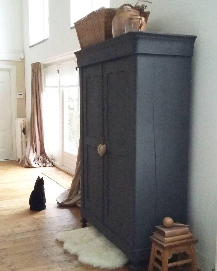 Het knalt hier al behoorlijk. Onze Kitty is nu helemaal niet meer naar buiten te krijgen. Dan maar lekker veilig binnen. Vanavond gaan we het oude jaar uitzitten met twee lieve bevriende stellen. Zin in! Ik wens jullie een mooie oudjaarsdag. #vuurwerk #oudennieuw #oudjaarsdag #oliebollen #kat #instacat #cat #Kitty #black #blackandwhite #brocante #landelijk #home