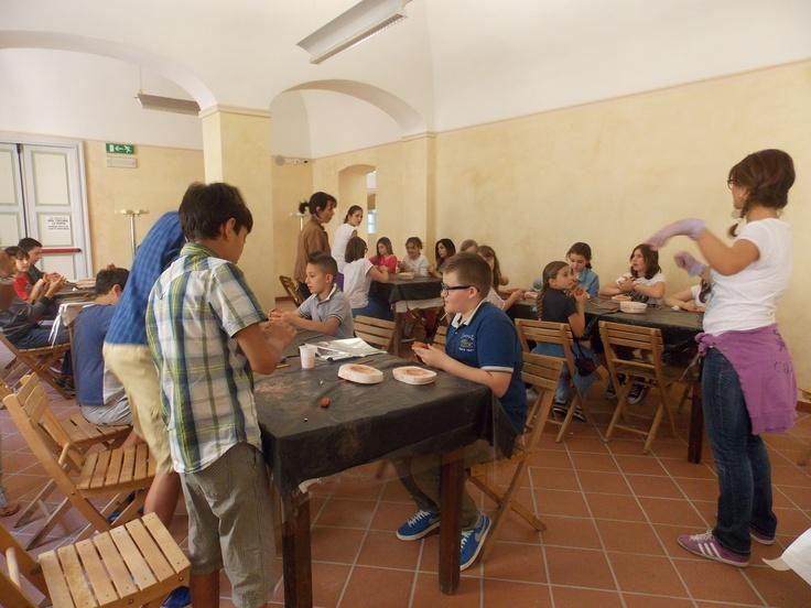 Il gruppo della 1°A dell'Istituto comprensivo Tortona A (Luca Valenziano) all'opera con il das per creare le lucerne.