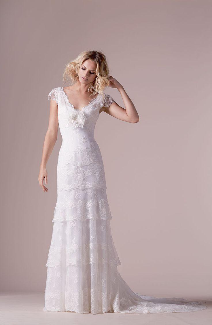 Deze trouwjurk van Cymbeline, Iudy is sluik vallend en is verwerkt met prachtige kanten lagen. Deze romantische, vintage jurk heeft mouwtjes en een mooie V-hals. Bewonder deze trouwjurk van Cymbeline bij Covers Bruidsmode in Utrecht.