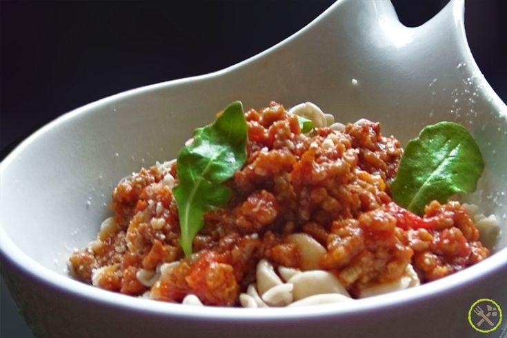 Spirelli gemaakt uit sesammeel, tapiocazetmeel en ei: een mooi alternatief voor tarwepasta. Echt lekker met een stevige Italiaanse vleessaus, ragu di carne.