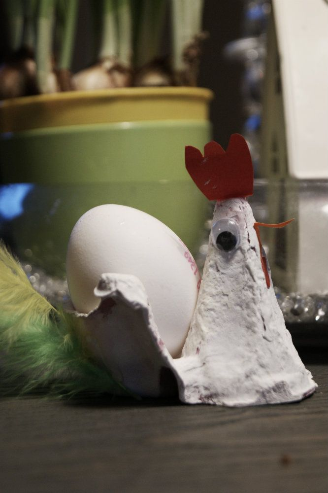 Påsken nærmer seg, og her i huset går det ekstra mye egg i denne ferien. Vi pynter, dekorer og spiser mer egg enn ellers. Dermed blir det en del kartonger til overs. Her har du 10 gode tips til kreativteter med eggkartong: 1. Små kyllinger Pip pip har du sett noe søtere? Enkle å lage, kan også åpnes og fylles med no smått og godt? 2. Sommerfugl Er jo lov å glede seg litt til sommeren? 3. Lastebil Brom brom, perfekt leke på hytten? 4. Høneeggeglass Disse er moro å lage og dekorative på…