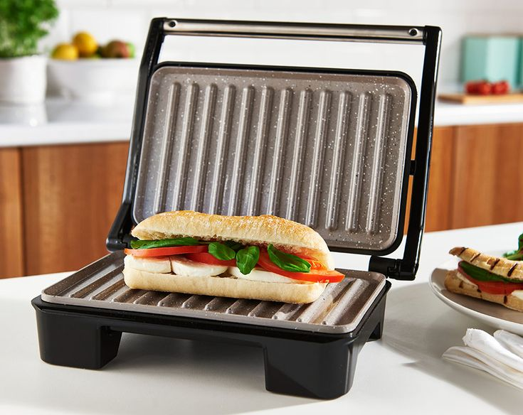 750w power. Griddle plates with floating hinge for variable sizes of meat, bread or snacks. Unique non-stick surface. No need for oil and easier to clean. Includes a healthy fat drain. Automatic temperature control