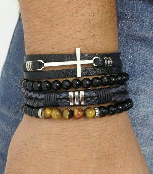 Rapazes as pulseiras estão super em alta, vocês podem usar apenas uma ou fazer um mix de várias. Para usar com terno prefira as de tom escuro ou de prata por serem mais sofisticadas. Beijos! . ✨✨✨✨✨✨✨✨✨✨✨✨✨ . Guys bracelets are super high, you can use only one or do a mix of several. For use with suit prefer the dark tone or silver to be more sophisticated. Kisses! . www.blogdalelenavarro.com.br