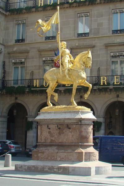 This statue of Joan of Arc is found in Place des Pyramides in the 1st arrondissement of Paris. Cette statue de Jeanne d'Arc se trouve Place des Pyramides dans le 1er arrondissement de Paris.