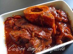 JARRET DE BOEUF A LA TOMATE (Pour 6 P : 1 jarret de 900 g (avec os), 150 g d'allumettes de lardons, 50 cl de purée de tomates, 2 carottes, 3 petits oignons frais, 15 cl de vin rouge, 1 bouquet garni, 1 pincée de paprika, 1 gousse d'ail, 1 filet d'huile d'olive)