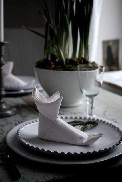 Folded napkin at Marie Elisabeth's Rum (Finnish) blog.  Lovely.