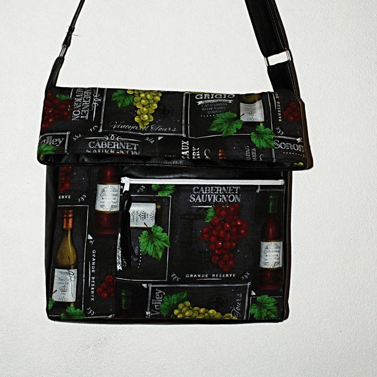"""CROSS+BODY+TRENDY+KABELKA+""""+IN+VINO+VERITAS+""""+Módní+trendy+MALÁ+&+VELKÁ+kabelka+""""cross+body""""+luxusní+imitace+kůže+a+designové+100%+pevné,+značkové+bavlny+s+hrozny+a+vínem+načerném+podkladu.+Autorskou+extravagantní+kabelku+jsem+navrhla+ušila+z+velmi+krásné+a+zdařilé+imitace+kůže+barvy+černé+a+ze100+%+bavlny+z+renomované+dílny+""""VINEVARD+COLECTION"""",+zdařilý,+velmi+..."""