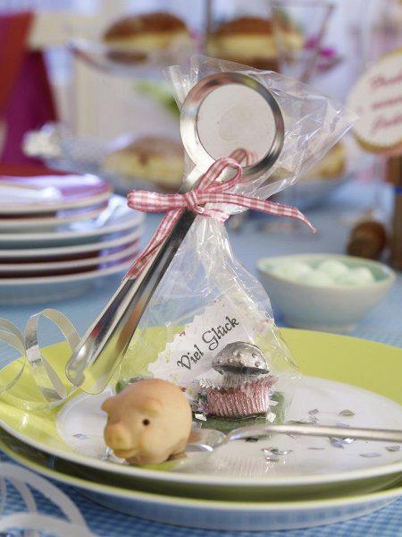 """<p/><h2>Tischdeko für Silvester</h2><p/><p>Ein bisschen Glück in Tüten gefällig? Passend zur Tischdeko an Silvester servieren wir den Gästen ihr individuelles Besteck zum Bleigießen.</p><p><b> <a href=""""/bildergalerie/2054593/ansicht.html"""">Silvester: Bleig"""