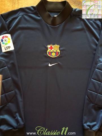 Relive Barcelona's 1998/1999 La Liga season with this original Nike goalkeeper football shirt.
