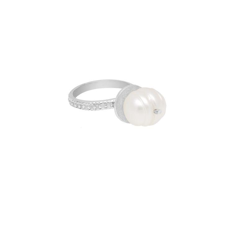 Anillo en plata 950 con perla barroca y cinta texturada  http://sarahkosta.com/producto/anillo-en-plata-950-con-perla-barroca-y-cinta-texturada-2/