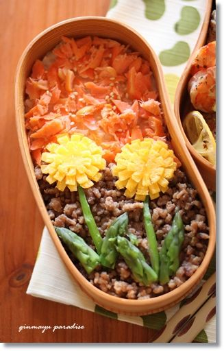 I'm not a fan of asparagus, but these are some very adorable dandelions made from eggs. A nice and colorful bento. (: