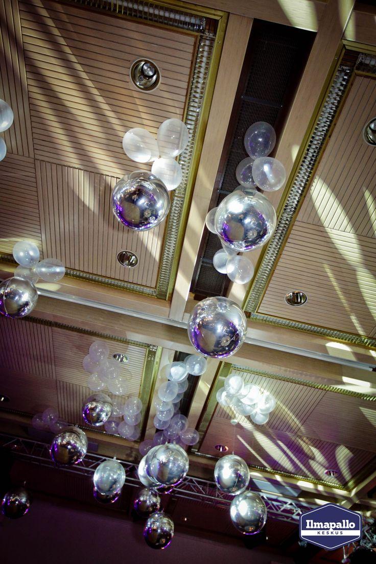 Ilmapalloja juhlatilan somistuksessa.