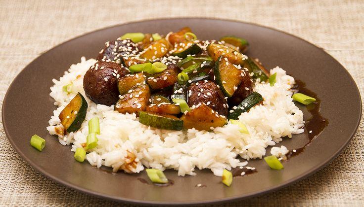 Hoisin szószos csirkegombócok jázmin rizzsel - A Hoisin szósz kínai eredetű sötét színű szósz. Fő alkotóelemei a szójabab, fokhagyma, ecet és gyakran adnak hozzá chilit. A szószban felfedezhetünk savanyú, édes, sós és csípős ízeket is. Ez az összetett ízvilág eredményezi az ételek mennyei ízét.