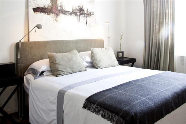 cortinas en tono con respaldo de cama