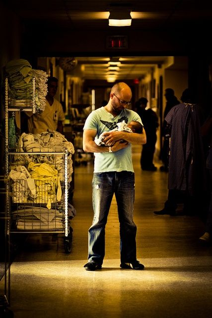 Precious photo to capture a father's first moments with his child in the middle of a chaotic hospital!