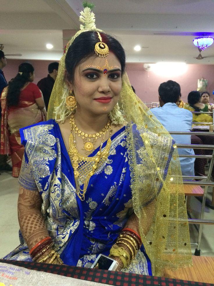 Bengali bride #loveforgold #bengali #makeup #gold dupatta  with #blue Banarasi saree
