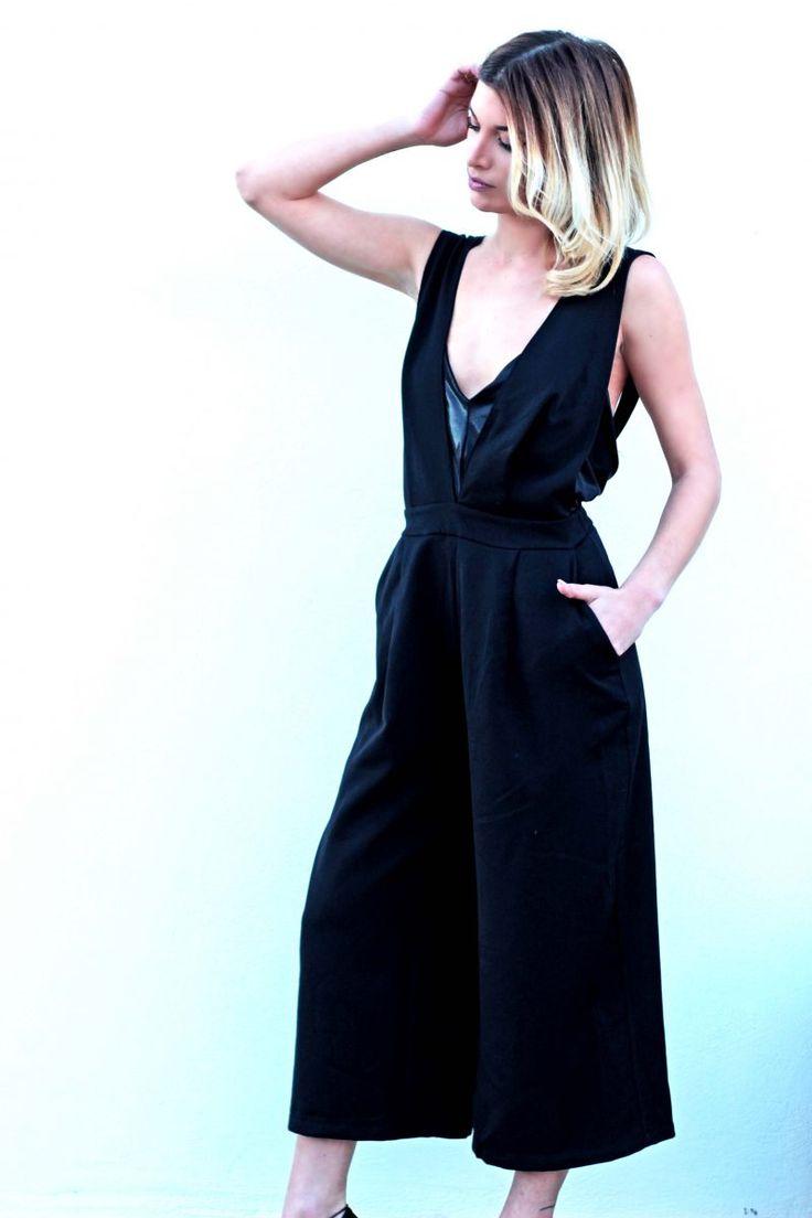Oλόσωμη φόρμα με τσέπες, με άνοιγα V ντεκολτέ και ανοιχτή στην πλάτη. Υπάρχει δυνατότητα χιαστής στο πίσω μέρος.  #fashion #woman #womensfashion #fashiontrends