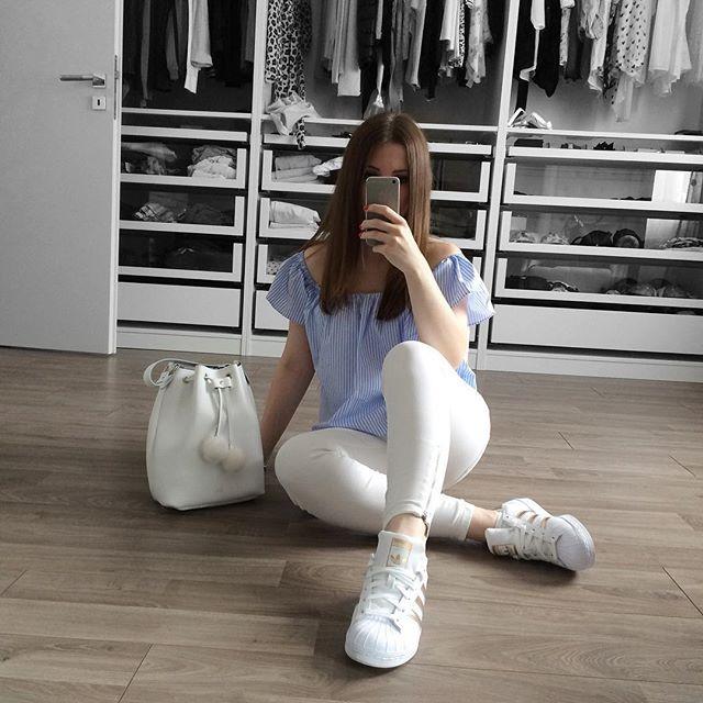 Guten Morgen 💕 ich hoffe bei euch scheint die ☀️☀️☀️. Ich liebe weiße Hosen total, ich habe davon mindestens 10 Stück 😀😀 ich finde man kann einfach alles dazu kombinieren 😁. Jeans @mango, Oberteil ist von @Zara, Schuhe @footlocker und die Tasche ist von @grafea ich liebe diese Tasche 😍. #fashion #fashionlover #fashiongirl #mylook #look #lookoftheday #potd #ootd #zara #mango #grafea #adidas #adidassuperstar  #bucketbag #instalook #instafashion #white #blue #rosegold #fashionblogger…