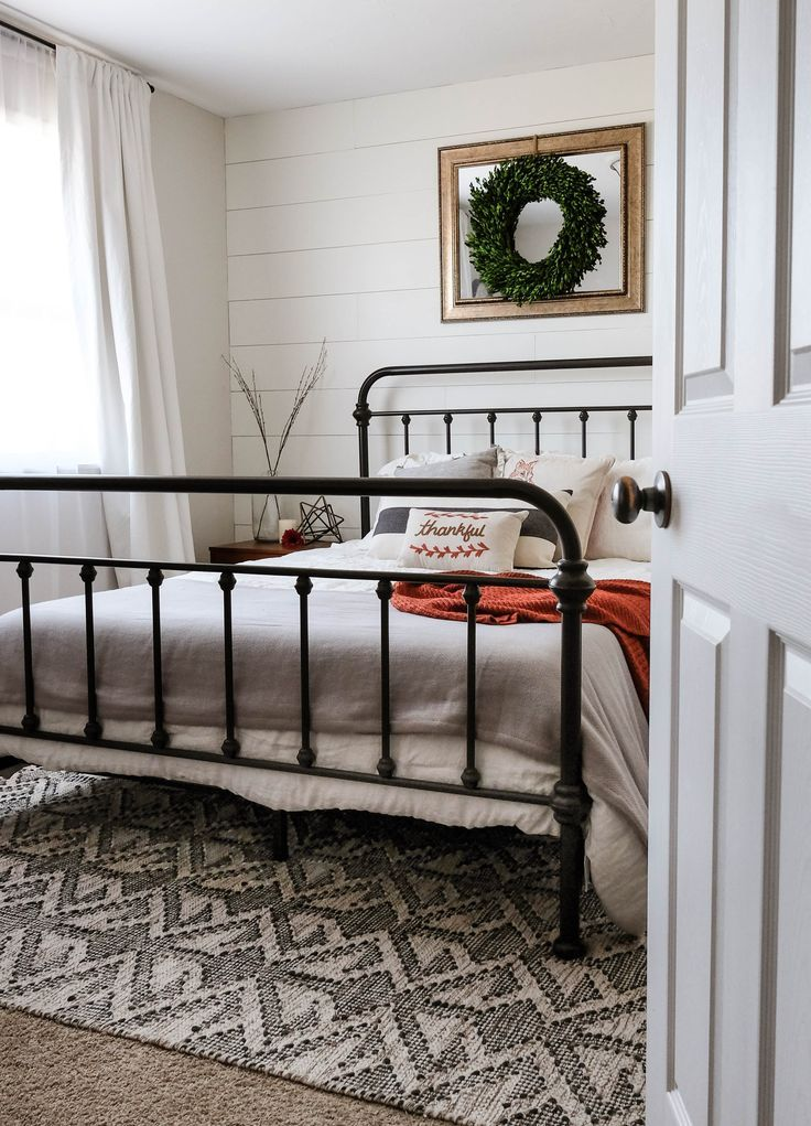 Beautiful Bedroom With Black Metal Bed Frame And A Wreath Decoration Kit Farmhouse Guest Bedroom Farmhouse Style Bedroom Decor Modern Farmhouse Style Bedroom