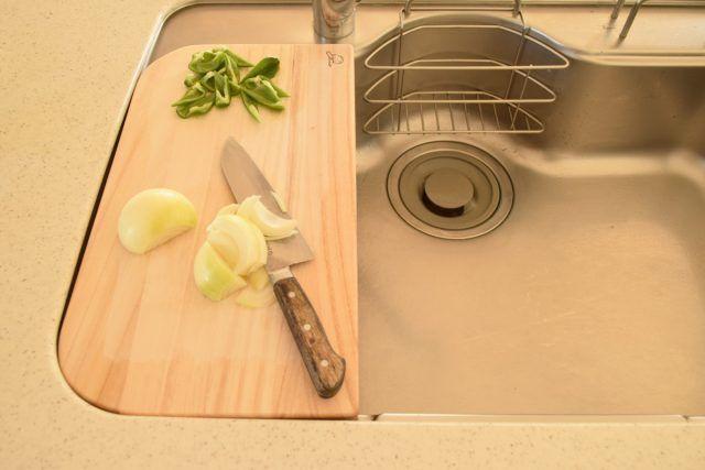 """もう""""水切りカゴ""""はいらない!? 調理スペースも広がる「オリジナルまな板」のつくり方 - Yahoo!不動産おうちマガジン"""
